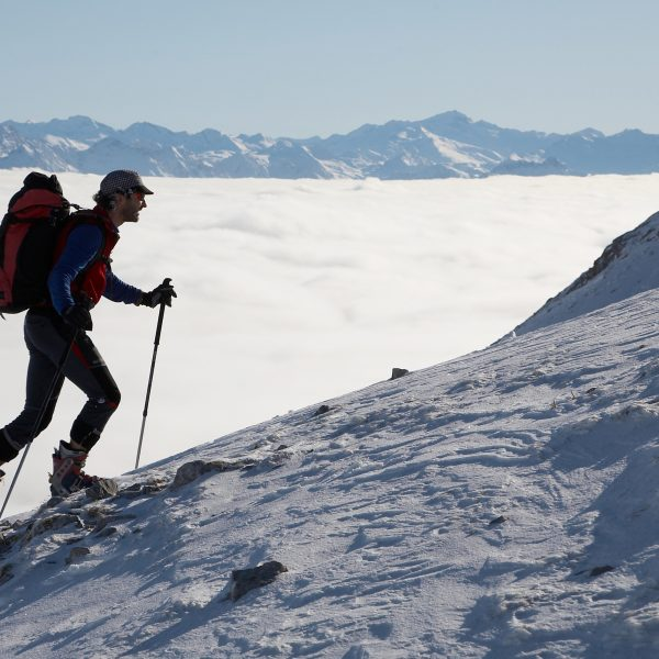 Skitourengeher über dem Nebelmeer
